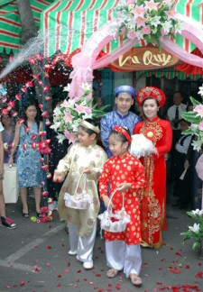 viet wedding couple